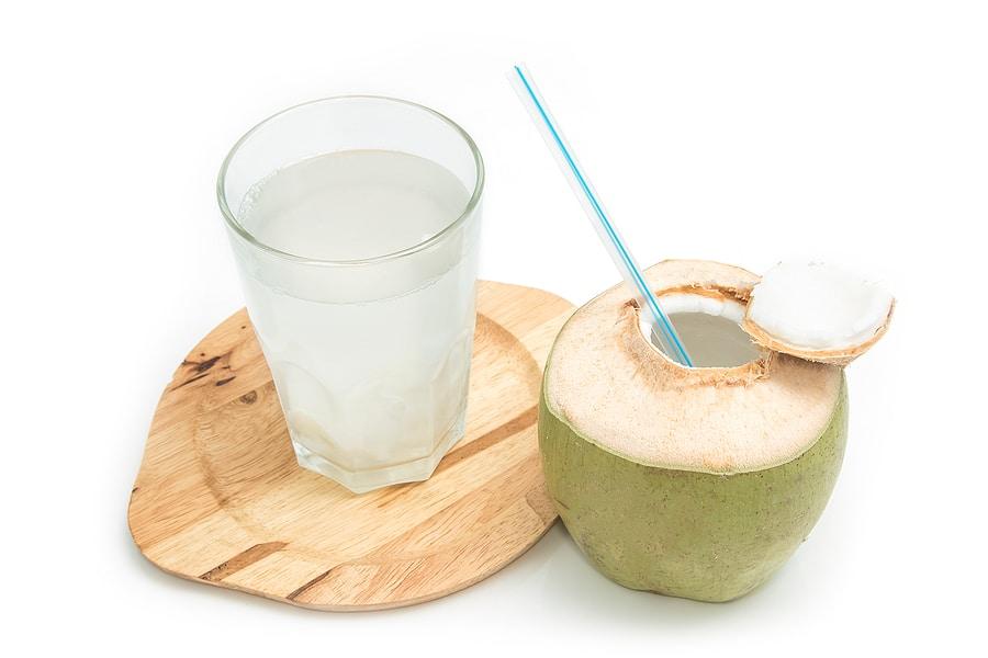 3 Benefícios Incrivelmente Saudáveis da Água de Coco