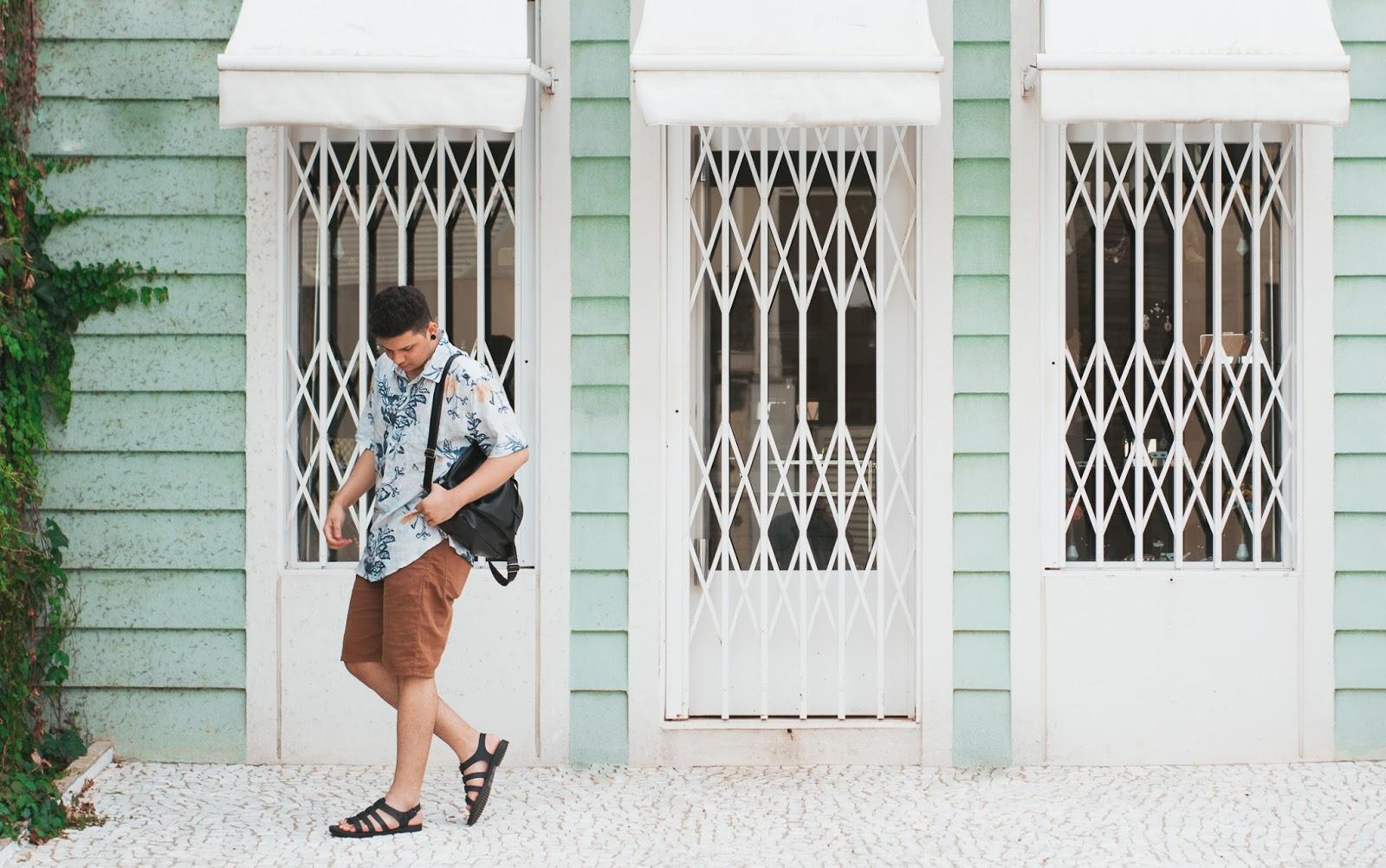 Look Masculino com Camisa Resort Estampada e Melissa Flox