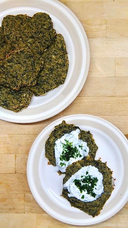 Wegańskie placki ziemniaczane ze szpinakiem z piekarnika.