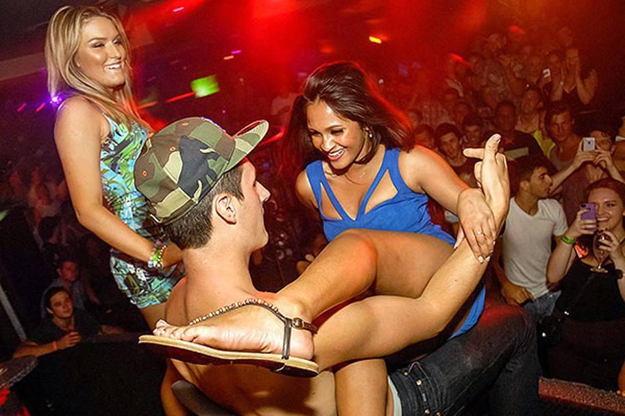 смотреть видео неприличного поведения девушек в ночном клубе покрутившись перед зеркалом