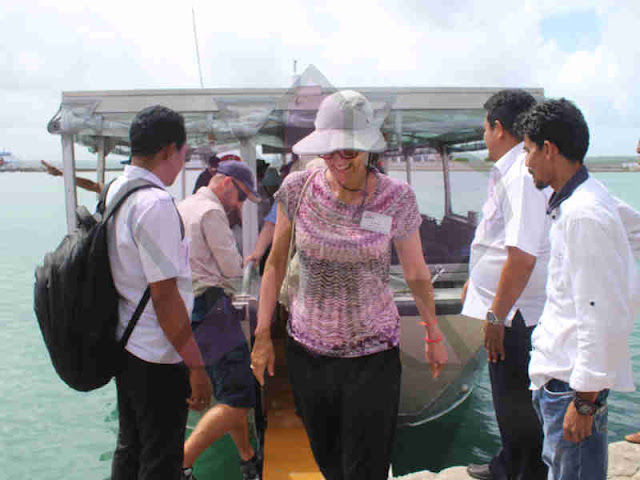 100 Wisatawan Kapal Pesiar MV. Coral Adventurer Kunjungi Perahu Batu Sangliat Dol