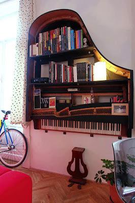 piano de cola inservible convertido en librero