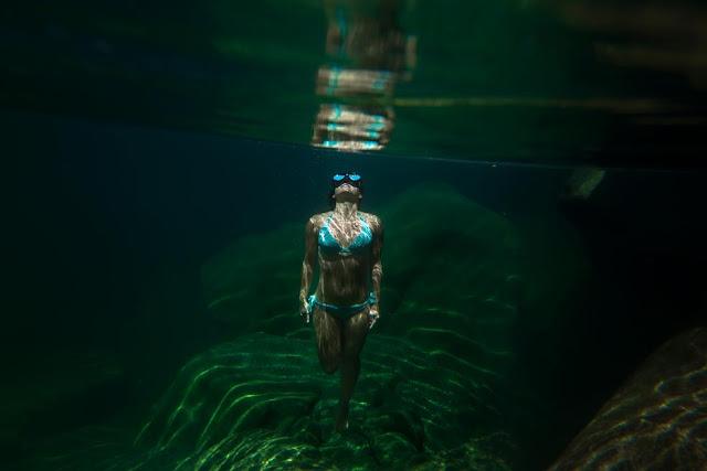 Жінка під водою