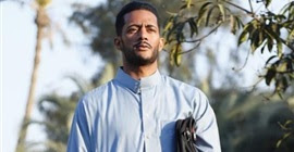 محمد رمضان ينجو من الموت بعد سقوطه من أعلى سلم (فيديو)