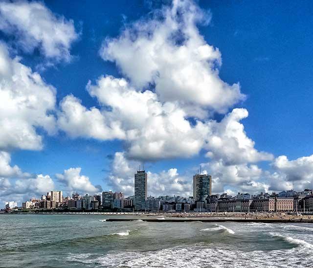 Vista de Mar del Plata con su mar y gigantes nubes blancas.