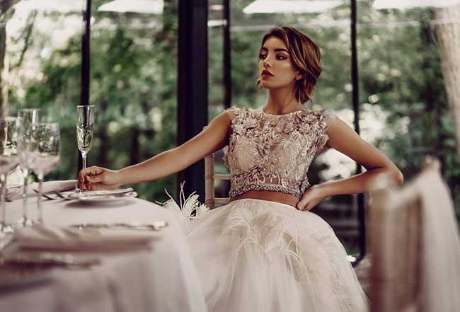 d69b4bd8798a6 Stephanie Allin'in 2019 yılı için hazırladığı koleksiyon kadın formunu  mükemmel bir şekilde vurgulayan modern, karmaşadan uzak bir stilde  tasarlanmış ...
