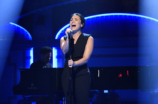 "Dmei Lovato's Emotional Performance at NBC's Saturday Night Live with ""Stone Cold"""