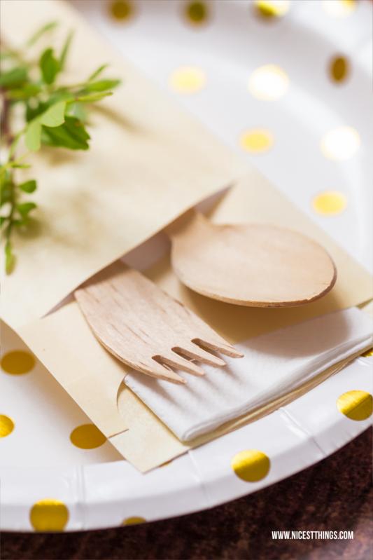 Geschenkverpackung oder Tischdeko in Gold, Weiß, Grün mit Holz