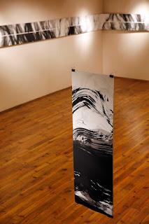 Fusain géant et encres © Annik Reymond