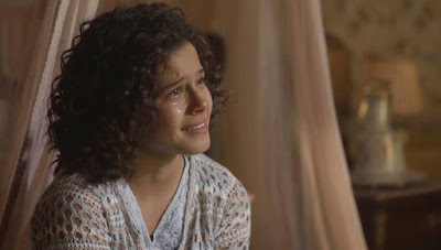 Inês (Gabriella Saraivah/Carol Macedo) descobre segredo de Shirley (Barbara Reis) em 'Éramos Seis' — Foto: Globo
