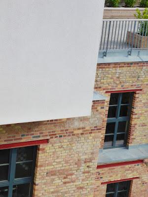 Hausdetail mit roten Ziegelsteinen