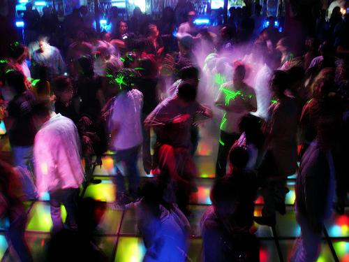 Si les bars et autres lieux de socialisation gays sont