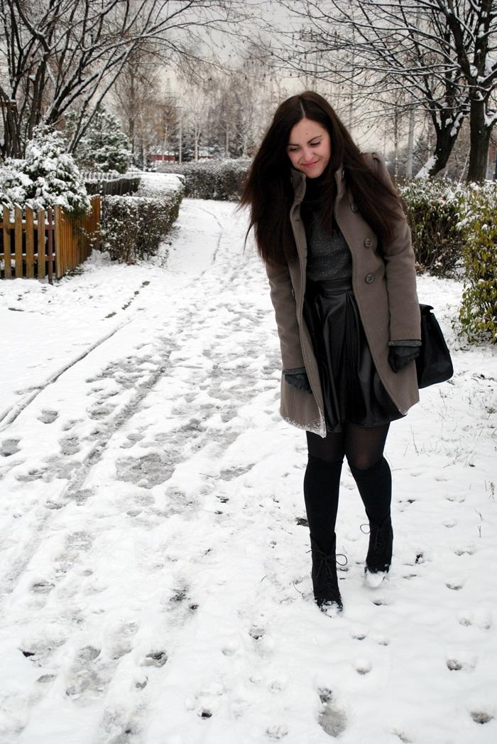 blogerka z brązowymi włosami
