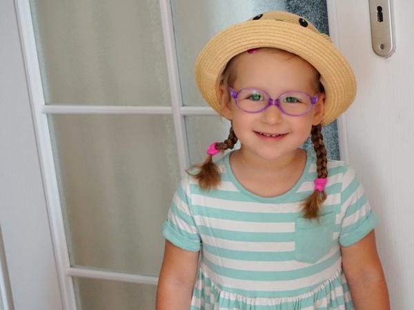 Czteroletnia Zośka w kapeluszu i okularkach, jak Ania z Zielonego Wzgórza