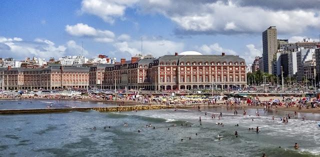Edificos del Casino,la playa y el mar.
