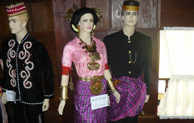 Pakaian Adat khas Mandar Wanita