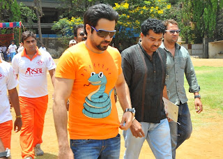 Emraan Hashmi honoured with 'Media Sports Trophy 2013