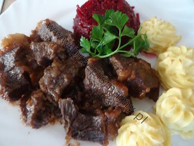 Gulasz wołowy z puree ziemniaczanym