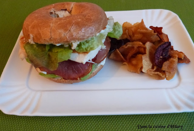 Bagel au poulet, bacon et avocat