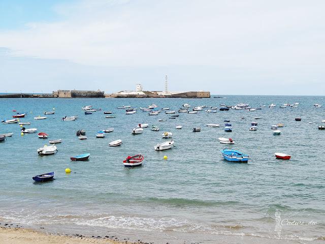 kolorowe łódki na morzu