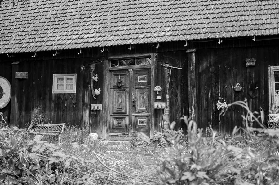 Blog + Fotografie by it's me! | fim.works | SchwarzWeissBlick No 19 | Lost Places im Spreewald, Brandenburg | Holzhaus im Spreewald