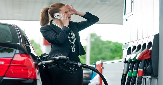 O uso do celular no posto de gasolina pode causar uma explosão