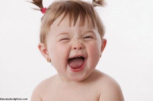 Photo bébé qui rit aux éclats