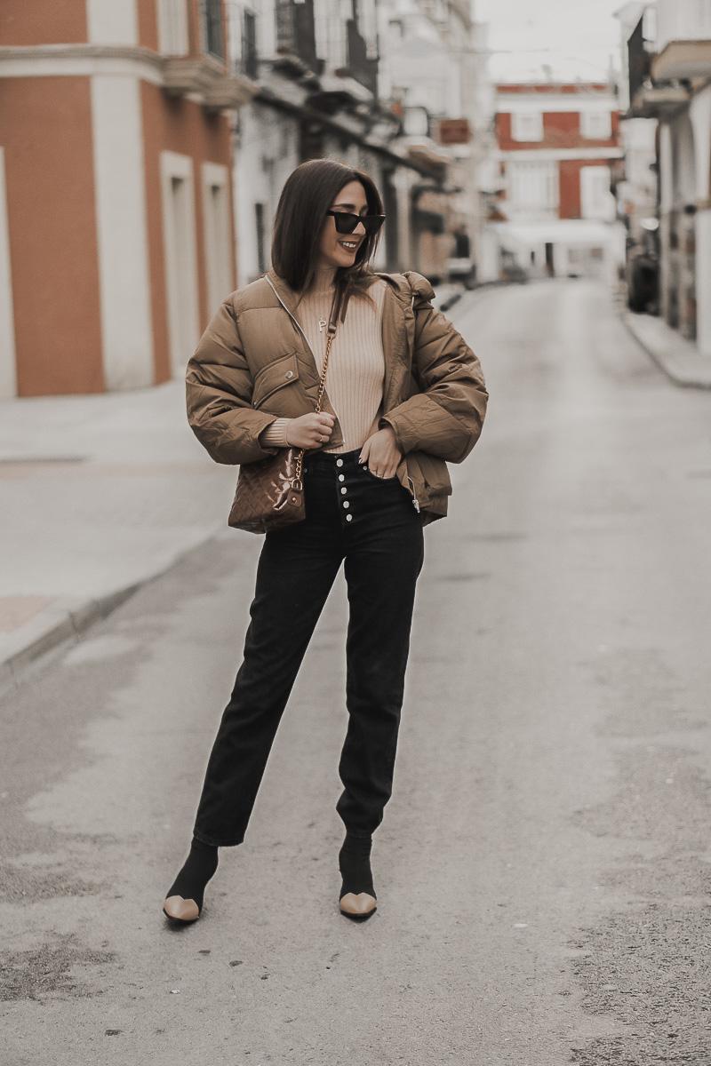 look con mom jeans negros. Lo vintage y la cultura pop está en pleno auge f732d5bac775