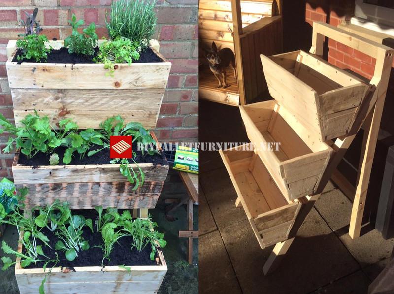 de hecho en realidad son 3 jardineras realizadas con palets unidas mediante un caballete realizado con madera recuperada