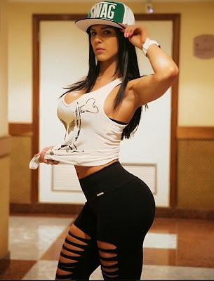 chica fitness modelo posando con ropa fitness y gorra