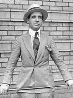 "Biografi Charles Ponzi           Hijrahnya Charles Ponzi Ke Amerika   Pada tahun 1893, saat usianya menginjak 15 tahun dirinya memutuskan untuk pergi dari Italy menuju Amerika untuk mencari kehidupan yang lebih baik. Namun baru beberapa tahun disana, otak Ponzi sudah mulai ""bekerja"". Ia pernah diamankan oleh petugas berwajib lantaran melakukan penipuan cek palsu di Kanada. Tidak hanya itu ketika dirinya masuk ke wilayah Atlanta, ternyata statusnya adalah imigran illegal. Tak ayal beberapa tahun pertama di benua Amerika kehidupan Ponzi belum juga seperti yang ia harapkan.  Manakala dirinya pergi ke Boston pada tahun 1919, dirinya mulai menata hidupnya kembali. Yang menarik dari sosok Ponzi adalah meskipun dirinya bukan atau tidak sedang bekerja ditempat manapun, ia lebih memilih untuk terlihat rapi dengan setelan jas plus tatanan rambut klimis tren jaman dulu. Hal ini tidak lain ia tujukan sebagai pencitraan diri agar tiap orang yang melihatnya bisa lebih peracaya dengan dirinya.  Di Boston, ia kembali mencari pekerjaan meskipun belum juga menemukan pekerjaan yang bisa membuat hidupnya beralih kaya raya. Tiap malam ia selalu meluangkan waktu berjam-jam untuk memikirkan bagaimana mendapatkan uang dengan cepat dan banyak. Ia bahkan sering tidak tidur hanya untuk berkhayal menjadi orang"