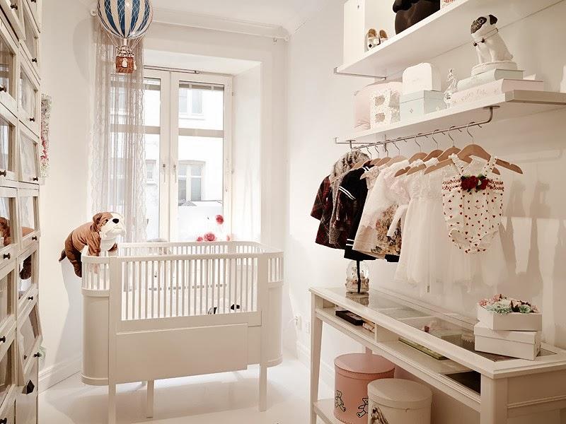 Biały apartament z nowoczesną kuchnią i dodatkami glamour, wystrój wnętrz, wnętrza, urządzanie domu, dekoracje wnętrz, aranżacja wnętrz, inspiracje wnętrz,interior design , dom i wnętrze, aranżacja mieszkania, modne wnętrza, styl skandynawski, styl nowoczesny, glamour, białe wnętrza, pokój dziecięcy