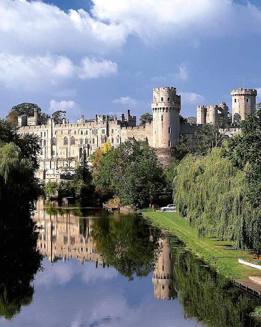 Warwick reflete sua figura no plácido rio Avon