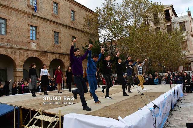 Παραδοσιακοί χοροί και κάλαντα στην πλατεία Συντάγματος στο Ναύπλιο (βίντεο)