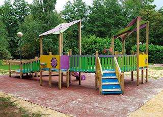 parque-infantil-inclusivo-con-multitud-de-juegos-para-niños-con-movilidad-reducida