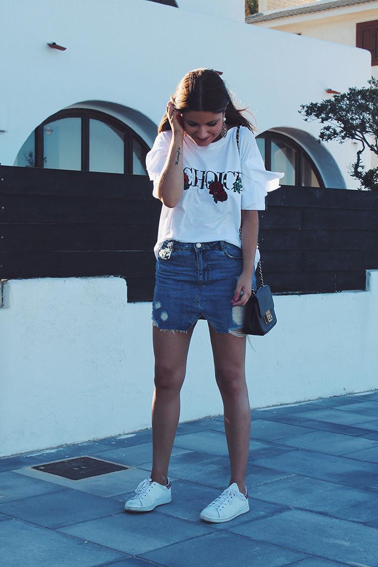 Outfit con falda vaquera, maxi pendientes y zapatillas