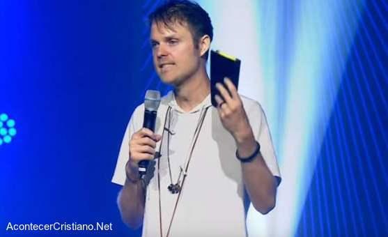 Pastor de jóvenes, Jason David, predicando en iglesia