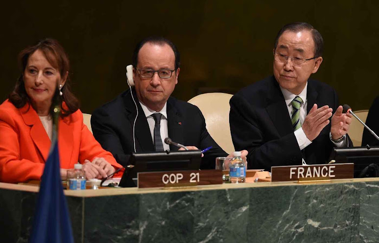 O presidente socialista francês François Hollande (centro) foi o primeiro a assinar e a pronunciar uma gafe.
