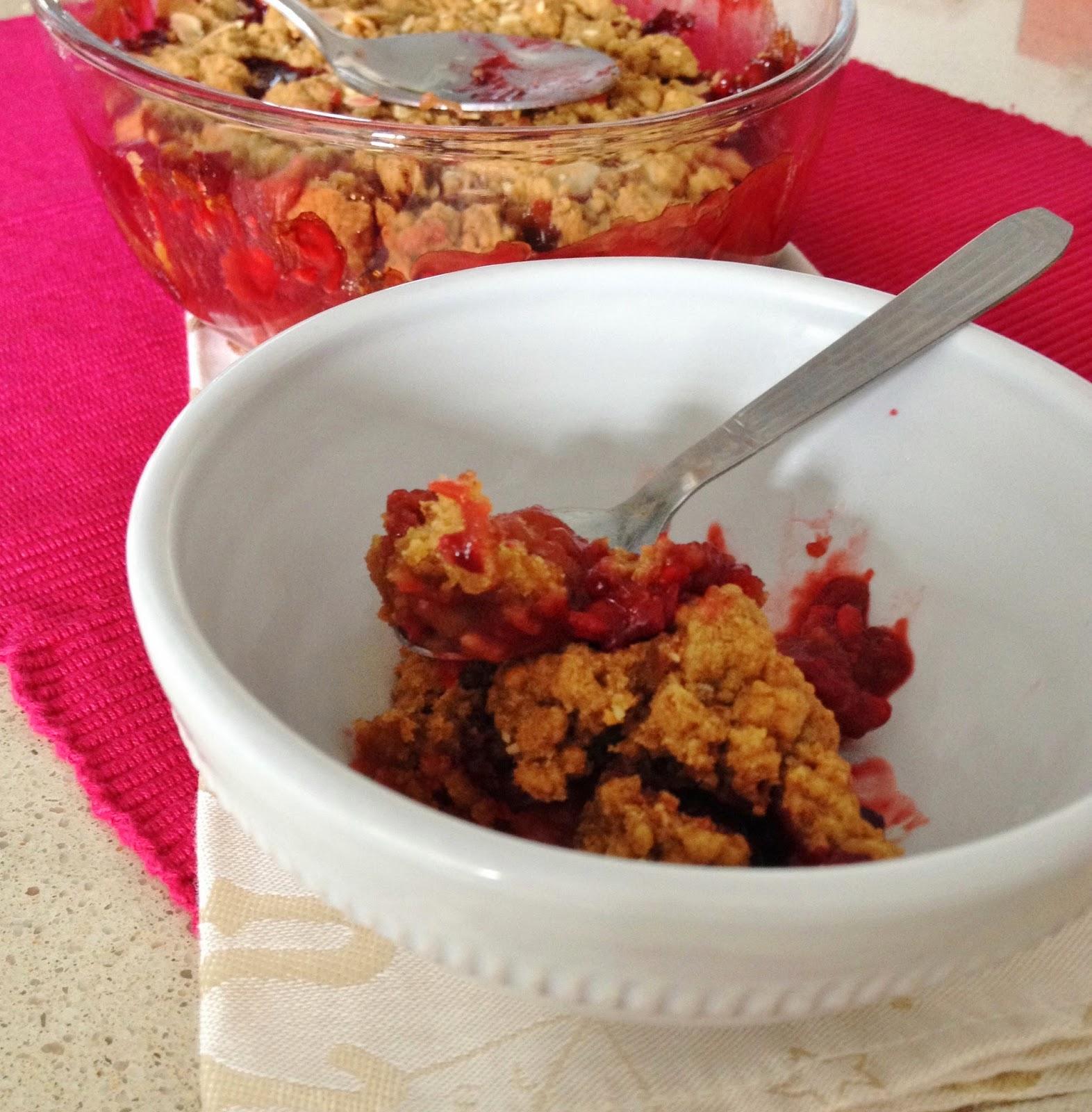 Sweet Kwisine, crumble, pistache, rhubarbe, fraise, framboise, pistache, muscovado