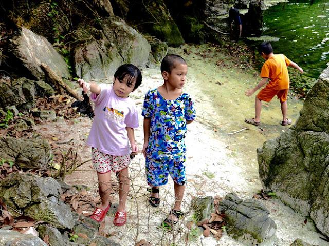đi dạo khám phá trên hoang đảo Mắt Rồng