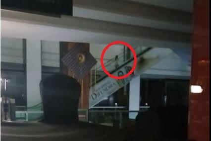 Criança fantasma passeando no Shopping de Pernambuco (Imagem:Reprodução/Internet)