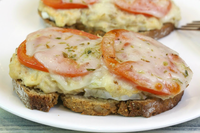 Tosta o sandwich de atún, tomate y queso