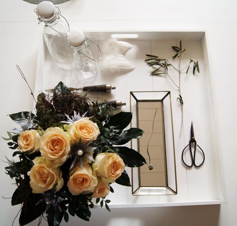 Blog + Fotografie by it's me! - lachsfarbene Rosen & Disteln und Deko auf einem weißen Tablett