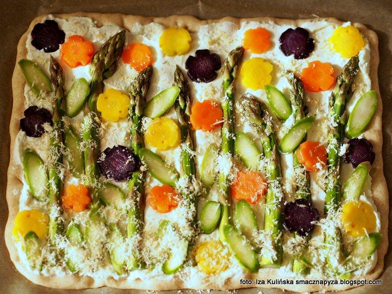 placek z warzywami, wiosenna pizza, placek drozdzowy, warzywa, szparagi, kolorowo i smacznie, domowe jedzenie
