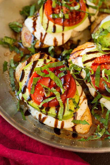 Avocado Caprese Skillet Chicken Recipes #Chicken #Dinner