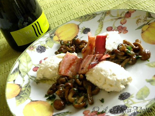 quenelle di ricotta di pecora con pancetta croccante e chiodini