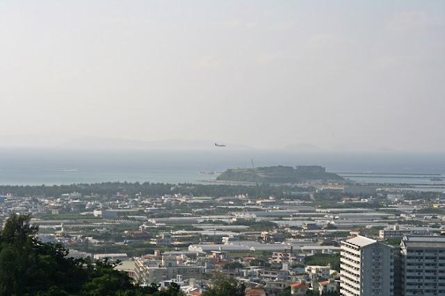 保栄茂グスクから見た瀬長島の写真