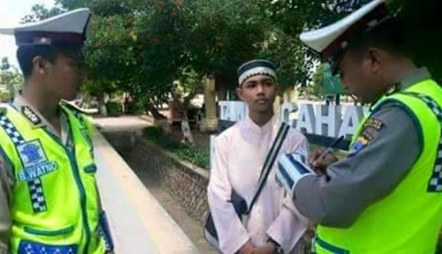 Santri Lugu VS Polisi Garang: Ditilang Tak Punya Uang, Sang Santri Terpaksa Lakukan Ini. CICAK MAKAN BUAYA!!