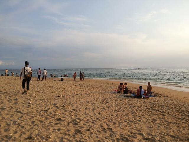 bule berjemur di pantai