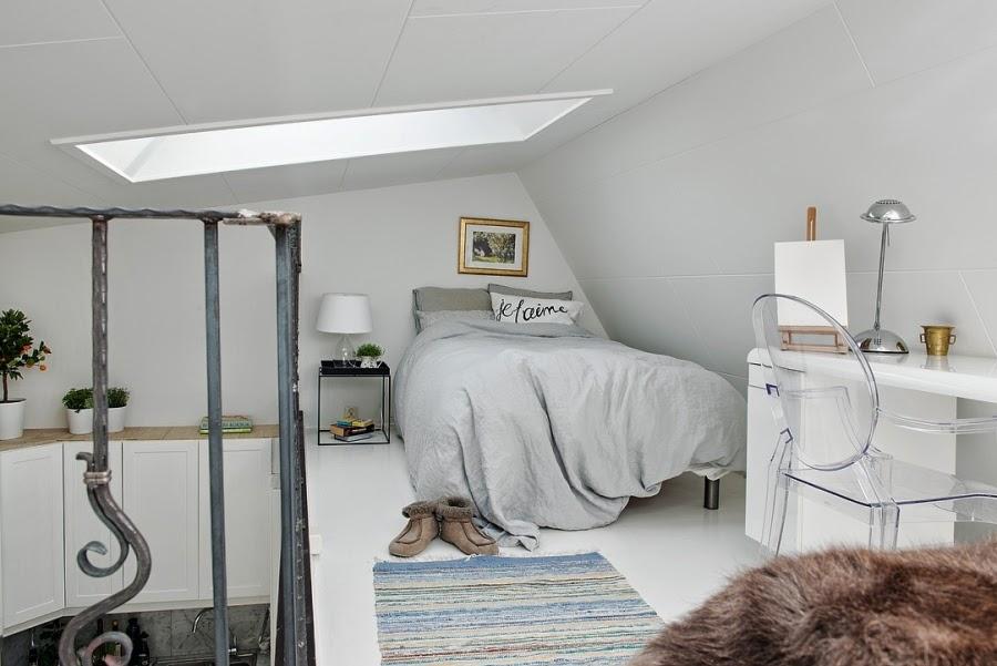 Białe mieszkanie na poddaszu, wystrój wnętrz, wnętrza, urządzanie domu, dekoracje wnętrz, aranżacja wnętrz, inspiracje wnętrz,interior design , dom i wnętrze, aranżacja mieszkania, modne wnętrza, styl klasyczny, styl skandynawski, sypialnia, antresola, styl skandynawski
